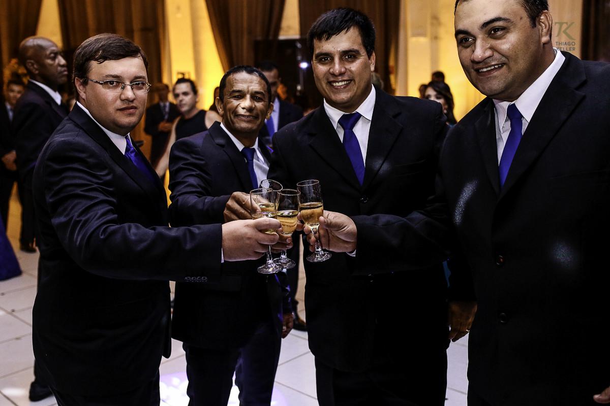 Foto de formatura realizada na cidade de Cristalina, Goias. Formandos brindam.