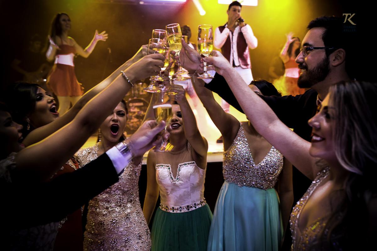 Foto de formatura realizada na cidade de Cristalina, Goias. Formandos brindam