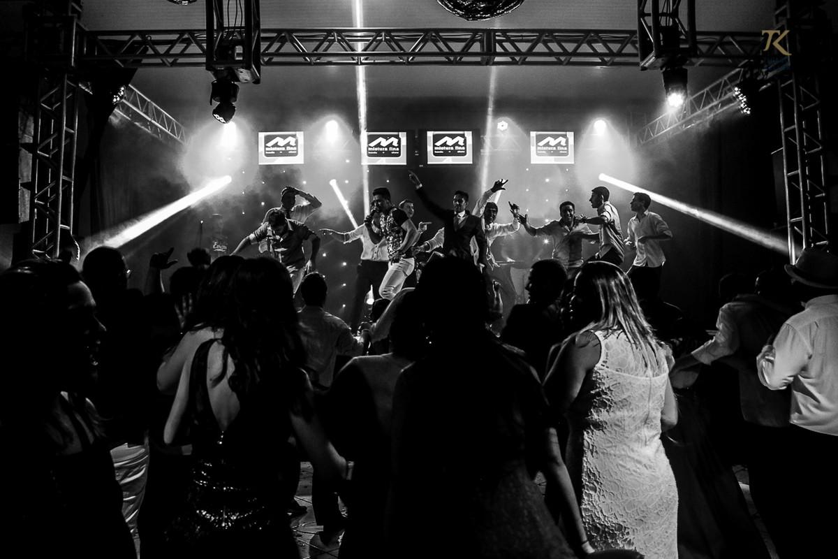 Foto de formatura realizada na cidade de Cristalina, Goias. Formandos invadiram o palco. Foto em Preto e Branco.