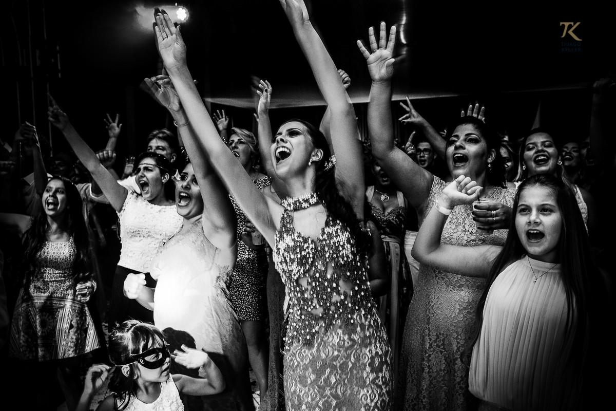 Foto de formatura realizada na cidade de Cristalina, Goias. Formandas e familiares enlouquecem na pista de dança.
