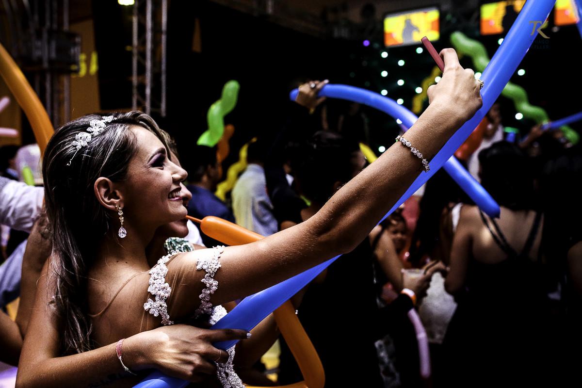 Foto de formatura realizada na cidade de Cristalina, Goias. Formanda tirando selfie