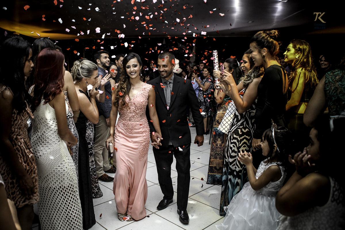 Foto de formatura realizada na cidade de Cristalina, Goias. Formanda entra no salão enquanto cai papel picado.