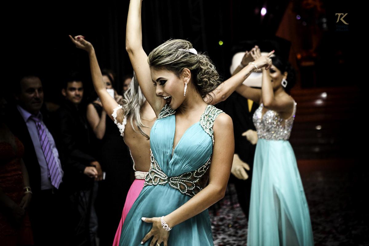 Foto de formatura realizada na cidade de Cristalina, Goias. Formandas dançam.