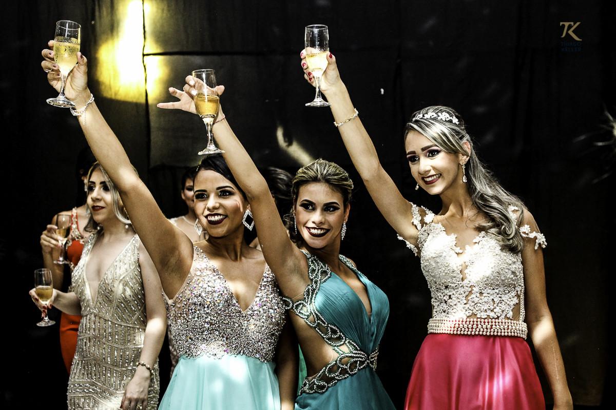 Foto de formatura realizada na cidade de Cristalina, Goias. Formandas brindam.