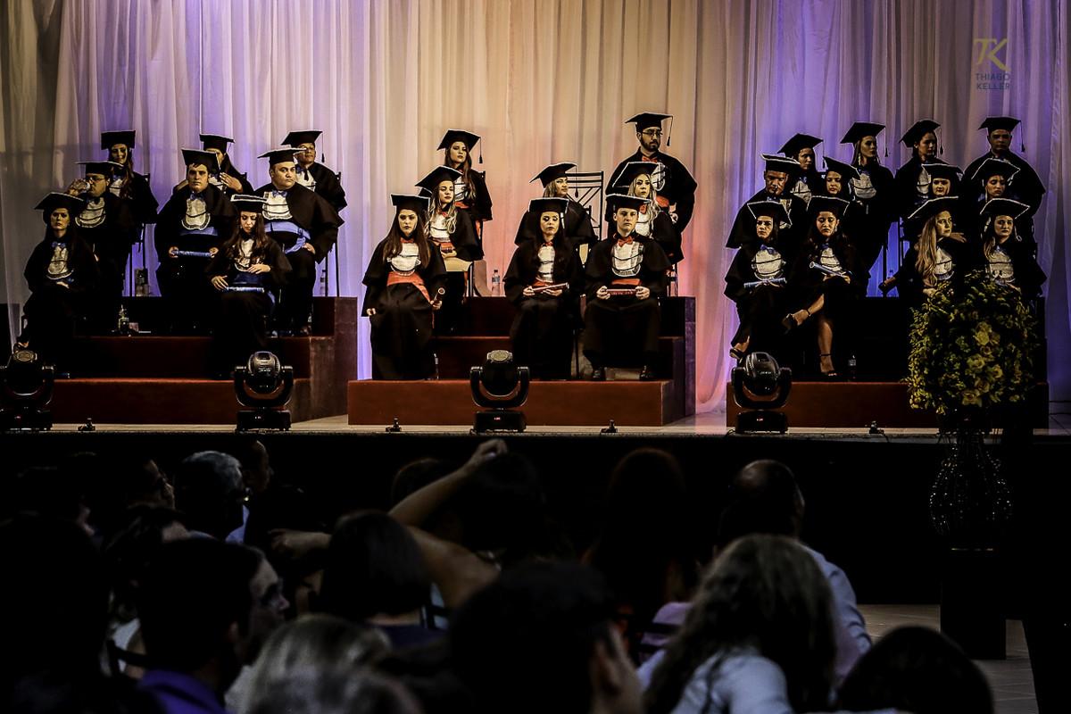 Foto de formatura realizada na cidade de Cristalina, Goias. Formandos durante a colação de grau.