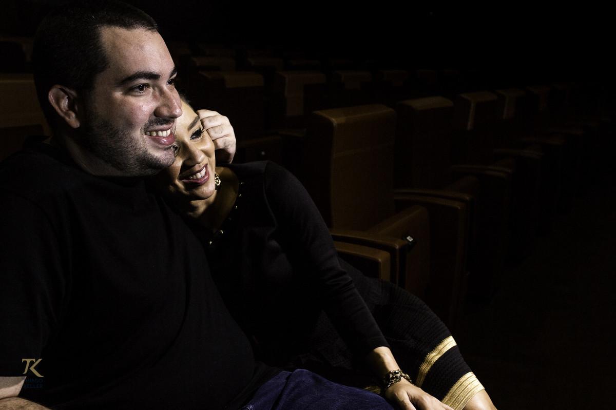 ensaio para save the date de Fabiana e Alexandre. Foto tirada no Cine Brasília. Casal abraçado.
