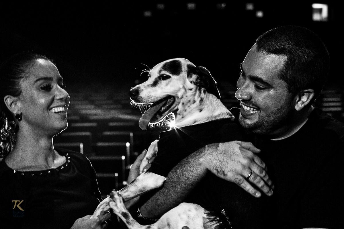 ensaio para save the date de Fabiana e Alexandre. Foto tirada no Cine Brasília. Casal brinca com sua cachorra dentro do cinema.
