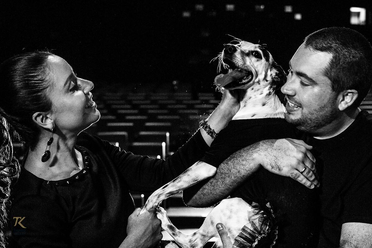 ensaio para save the date de Fabiana e Alexandre. Foto tirada no Cine Brasília. Casal brinca com a cachorra dentro do cinema.