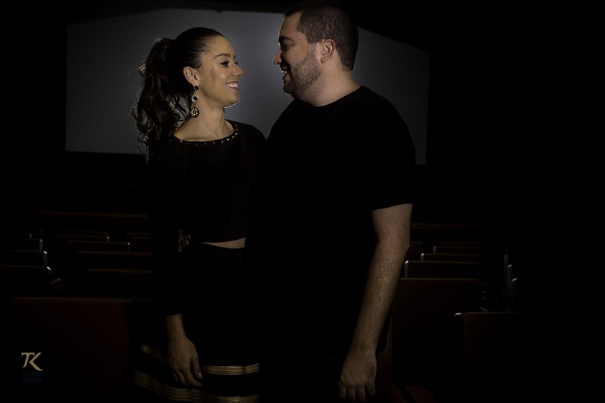 ensaio para save the date de Fabiana e Alexandre. Foto tirada no Cine Brasília.