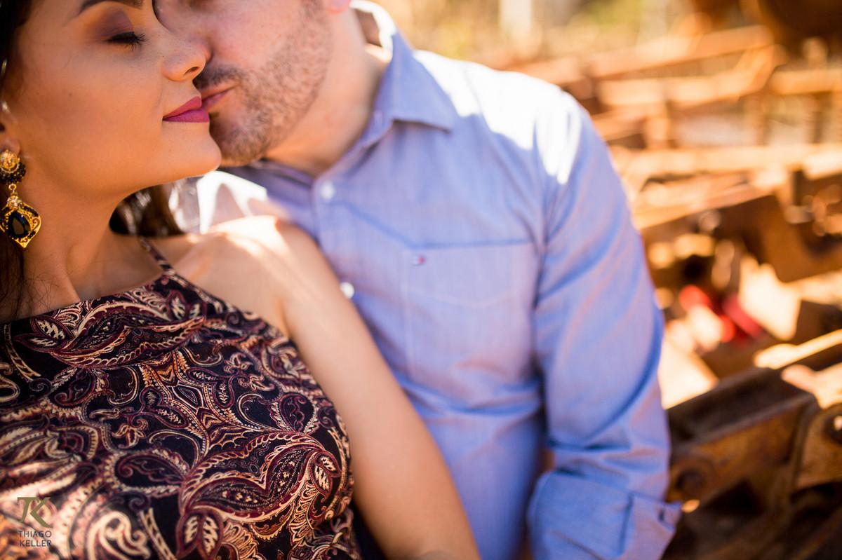 Casal apaixonado se beija