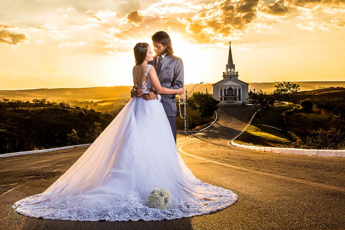 casal abraçados olhando um para o outro  registrado pelo fotógrafo de casamentos Thiago Keller Brasília DF num belo por do sol