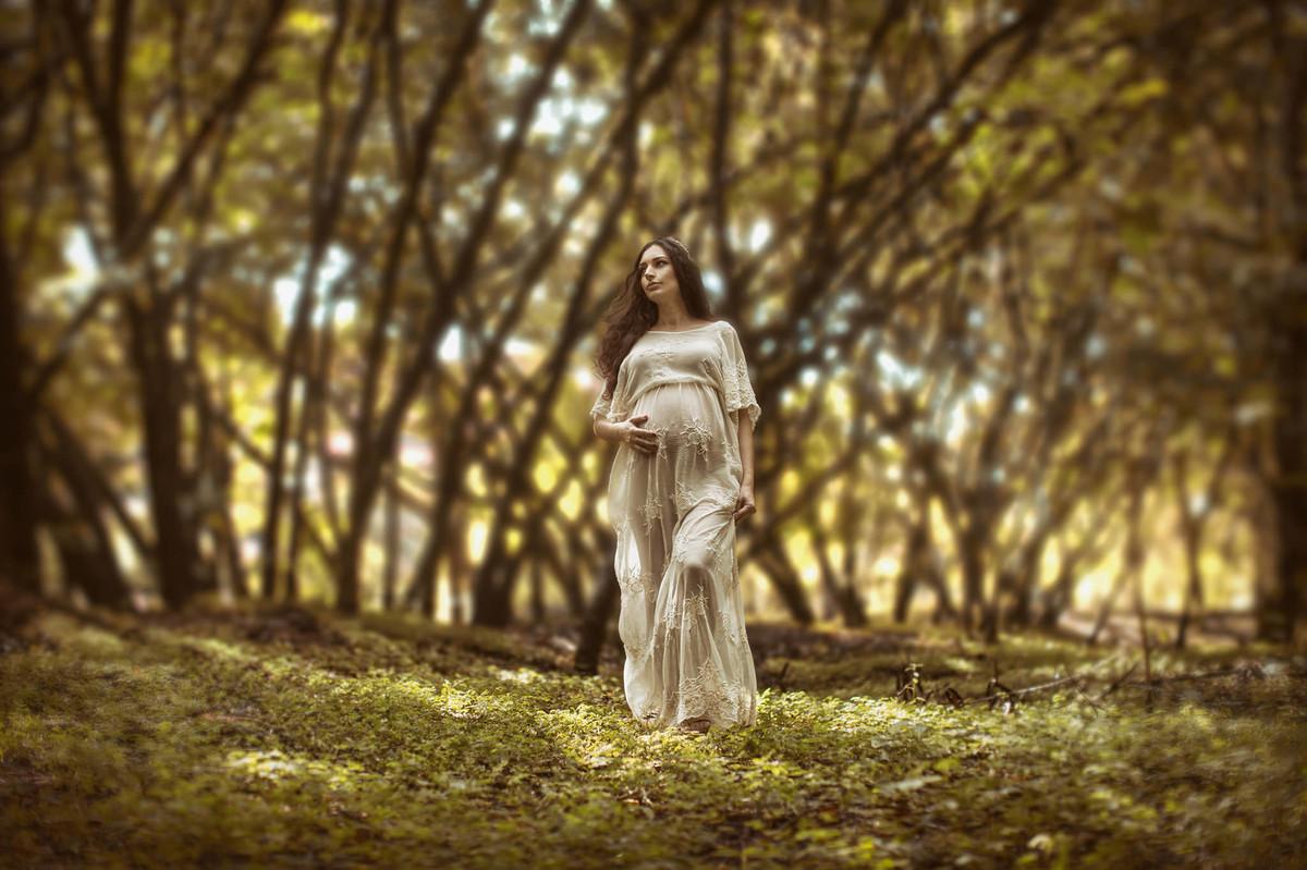 Gestante passeando em floresta. Fotografada pelo fotógrafo de gestante Rafael Ohana em Brasília-DF.