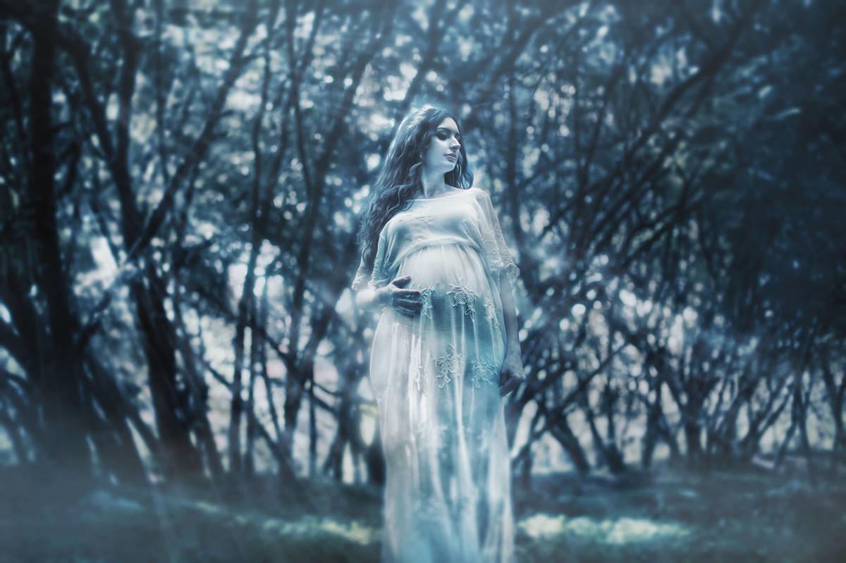 Grávida fantasma em floresta. Fotografada pelo fotógrafo de gestante Rafael Ohana em Brasília-DF.