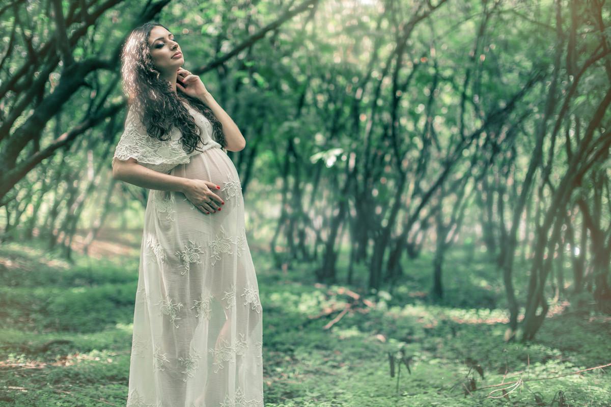 Grávida posando bonita na floresta. Fotografada pelo fotógrafo de gestante Rafael Ohana em Brasília-DF.