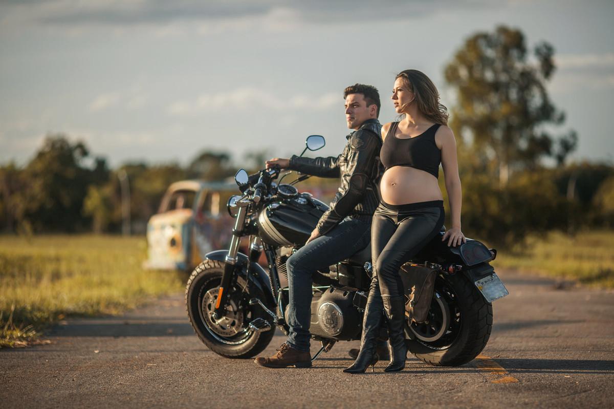 Gestante sentada em moto Harley Davidson com seu marido. Foto feita pelo fotografo de gestantes Rafael Ohana em Brasília-DF