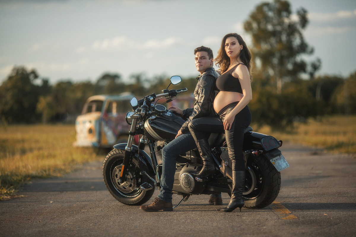 Grávida sentada na moto Harley Davidson do seu marido. Foto feita pelo fotografo de gestantes Rafael Ohana em Brasília-DF