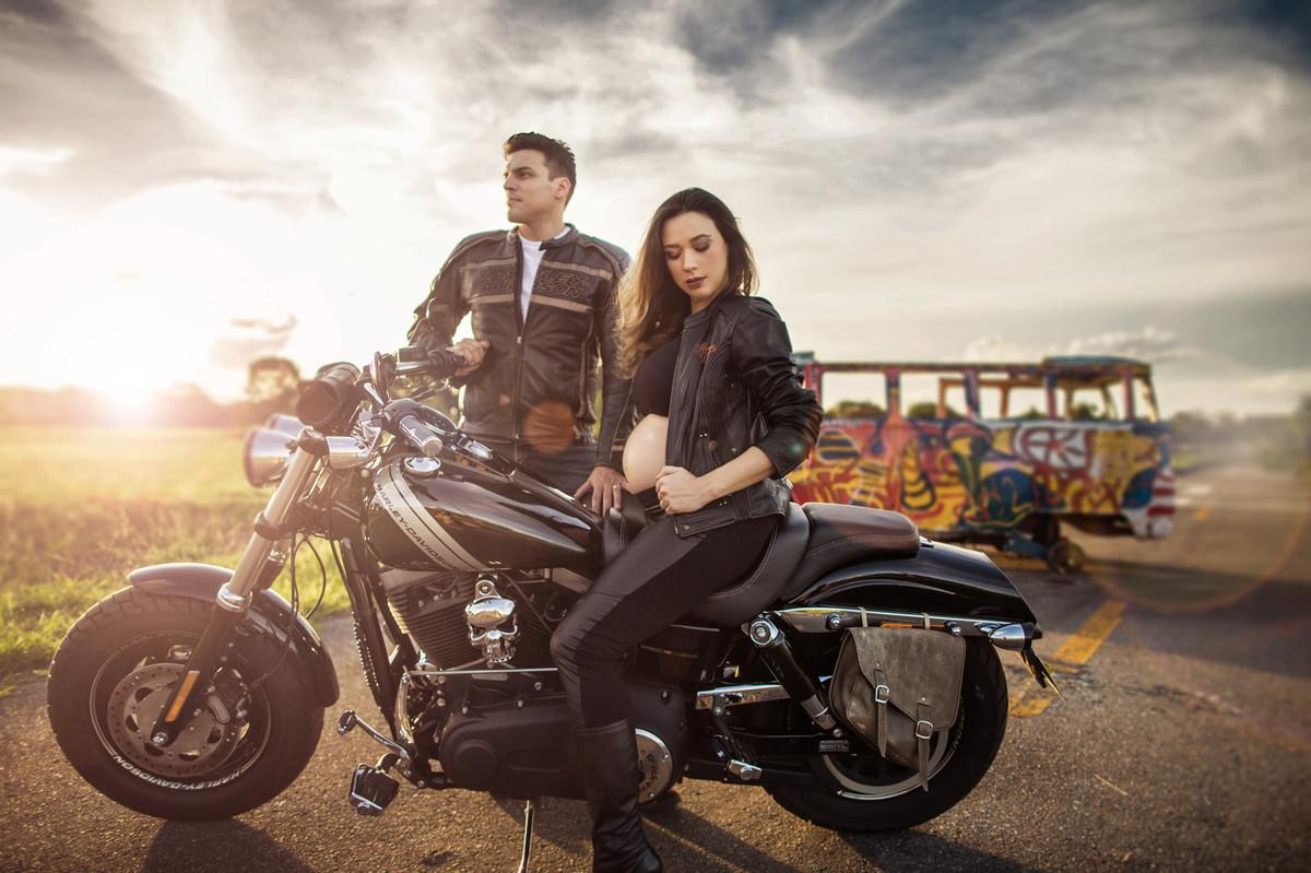 Grávida fazendo charme em cima de moto Harley Davidson com seu marido. Foto feita pelo fotografo de gestantes Rafael Ohana em Brasília-DF