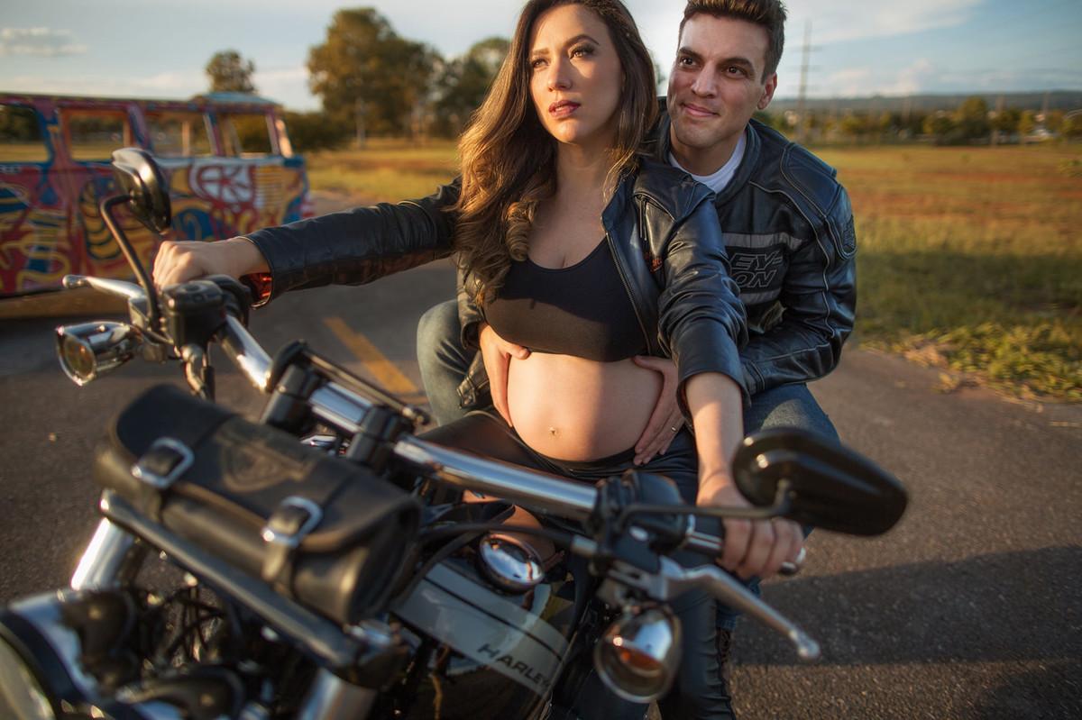 Grávida pilotando moto Harley Davidson com seu marido. Foto feita pelo fotografo de gestantes Rafael Ohana em Brasília-DF