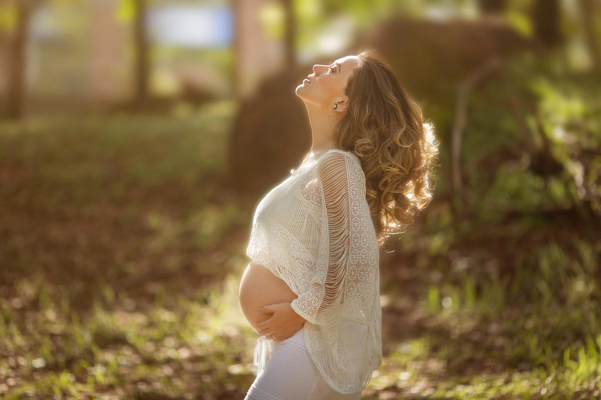 Gestante pegando sol com roupa branca. Foto feita pelo fotografo de gestante Rafael Ohana em Brasilia-DF