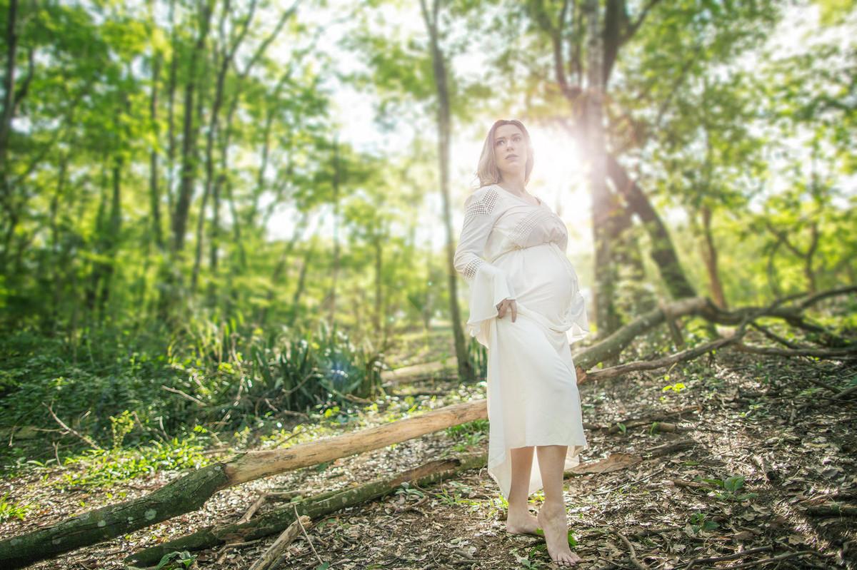 Grávida passeando sozinha na floresta. Foto feita pelo fotografo de gestante Rafael Ohana em Brasilia-DF