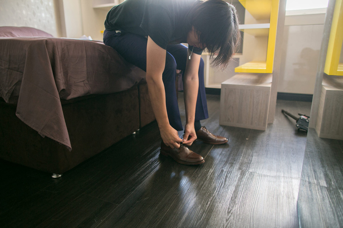 Noivo colocando sapato