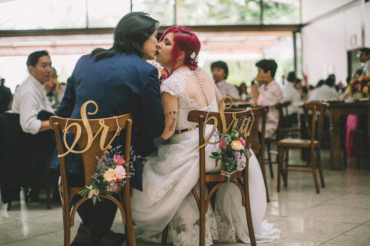 Noivos se beijando em recepção de casamento no Sítio Geranium