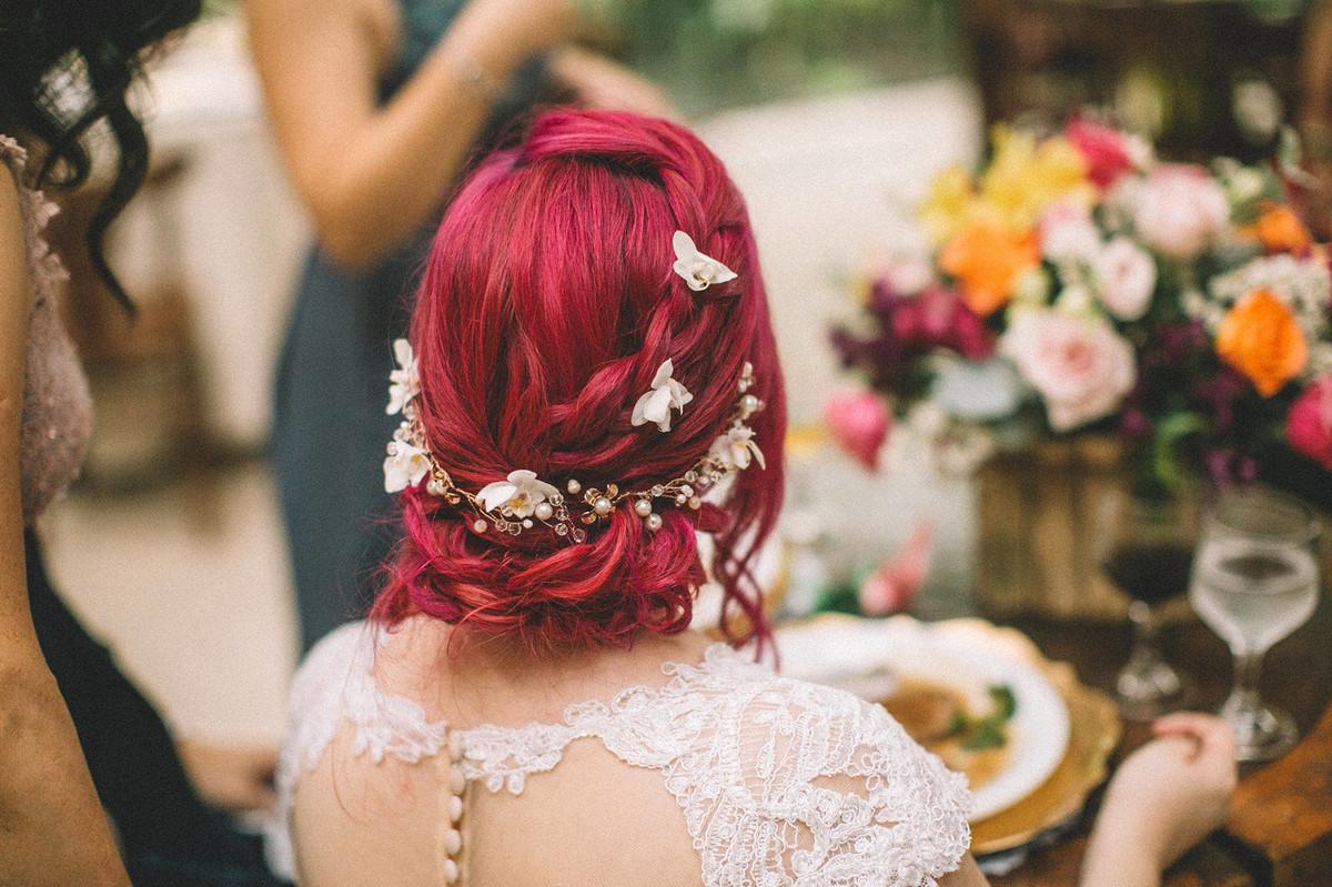 Penteado de noiva alternativa de cabelo rosa