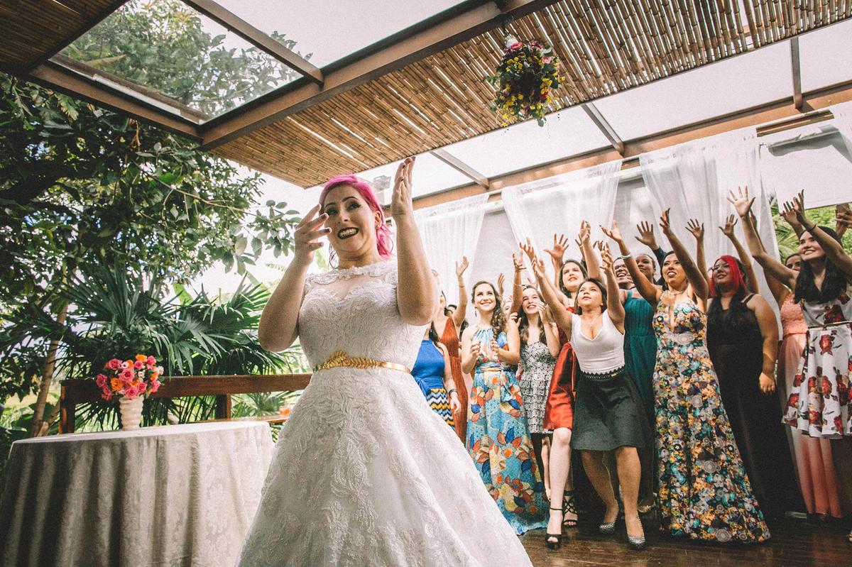 Noiva jogando buquê em seu casamento no Sítio Geranium