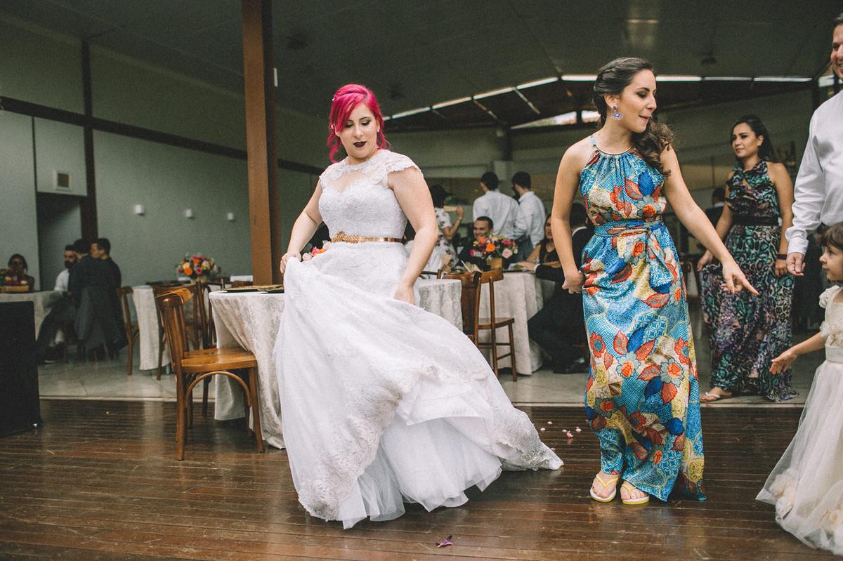 Noiva Dançando sozinha em seu casamento