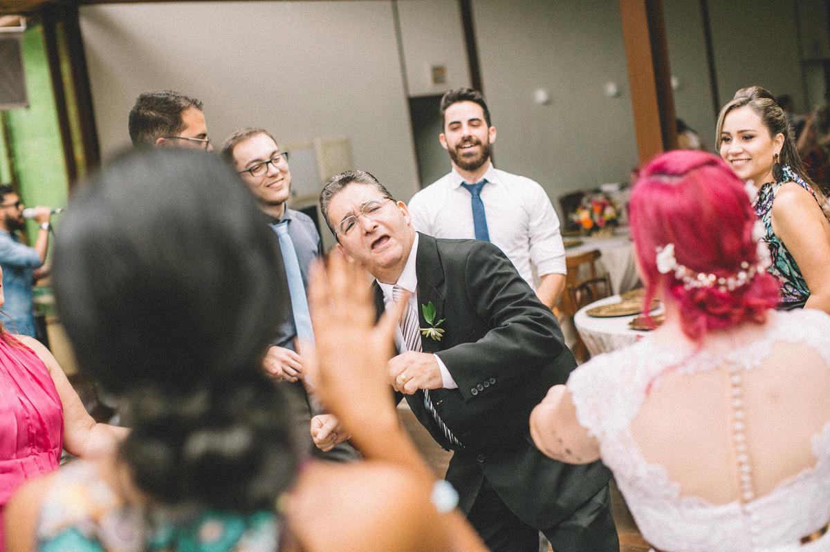 Pai no noivo dançando com noiva em seu casamento no Sítio Geranium