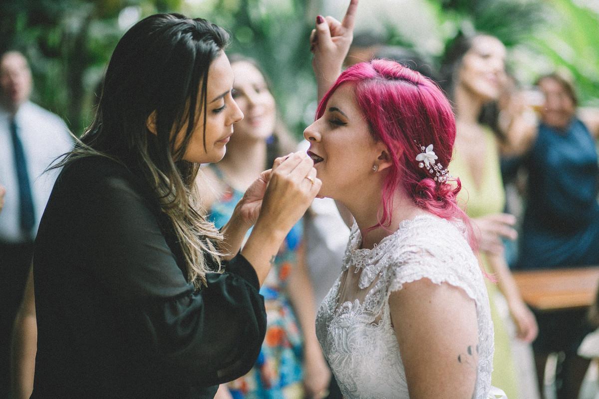 Taynara Magélia passando batom na boca da noiva alternativa