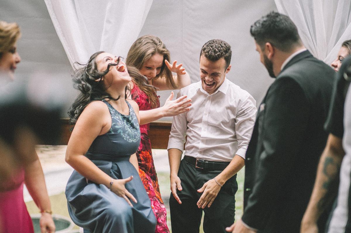Convidados de casamento pirando