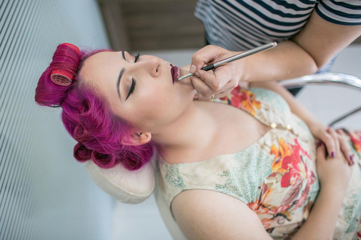 noiva se maquiando em salão de beleza em brasilia-DF