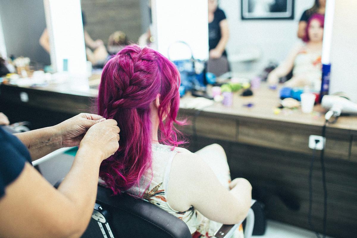 Noiva do cabelo cor de rosa se arrumando para seu casamento