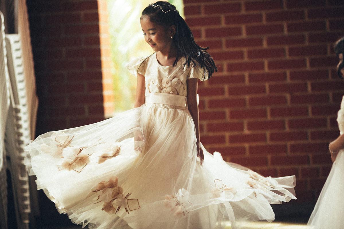 Menina dançando com vestido longo em casamento em Brasília-DF