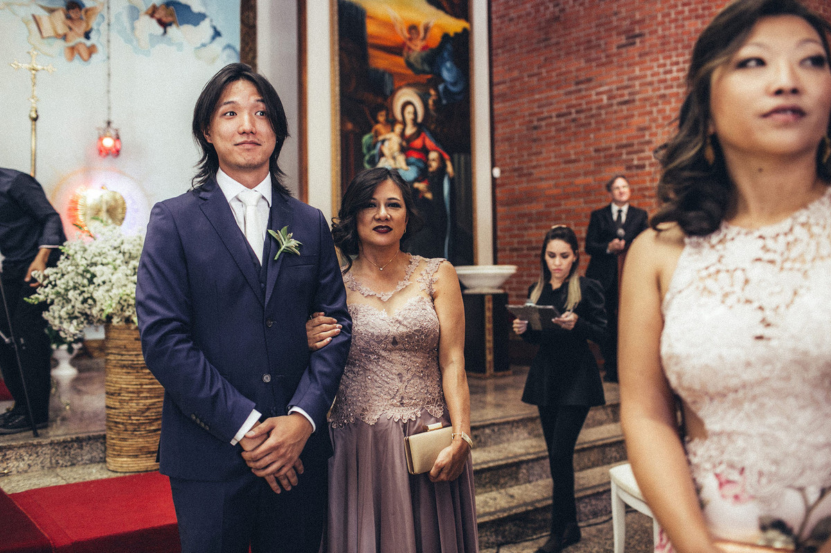 Noivo vendo a noiva entrar na Paróquia São Camilo de Lellis em Brasília-DF