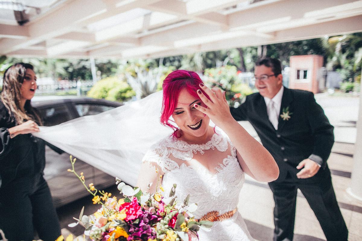 Noiva de cabelo cor de rosa se arrumando antes de entrar na paróquia São Camilo de Lellis