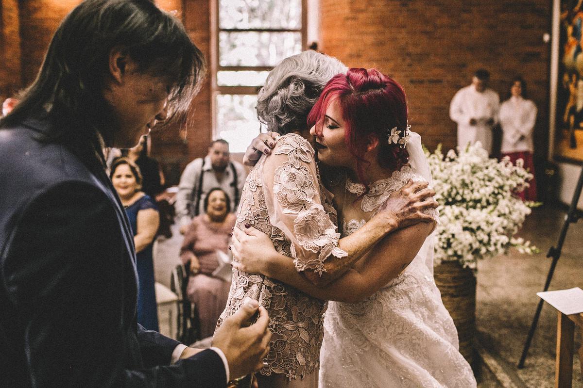Noiva abraçando vó do noivo