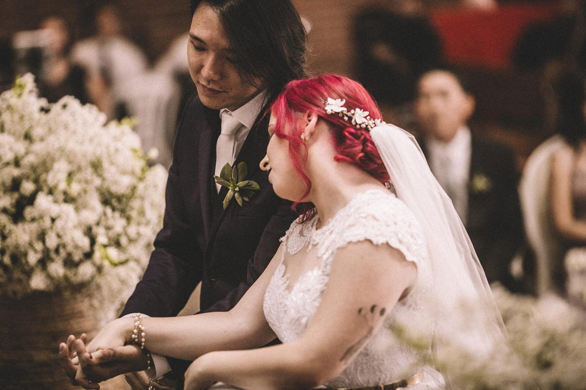 Noiva desmaiada no ombro do noivo
