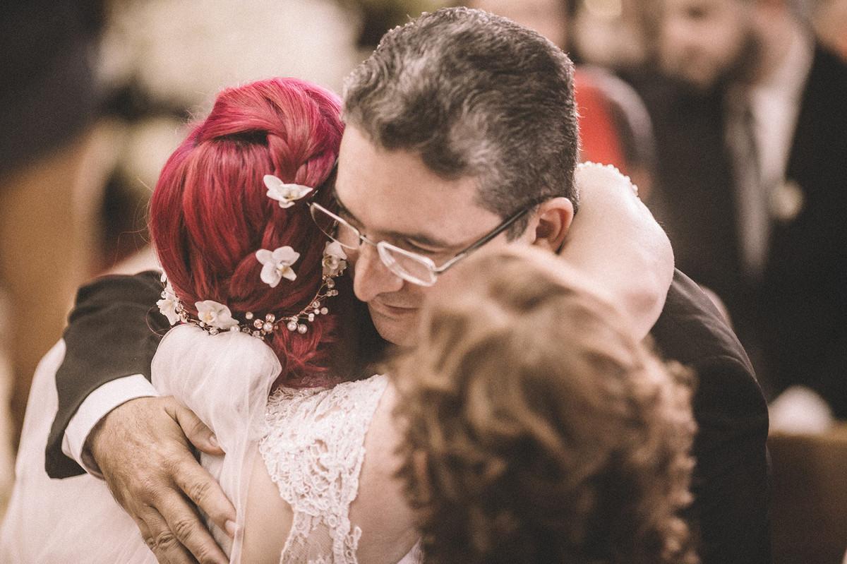Noiva abraçando seu pai em Paróquia São Camilo de Lellis