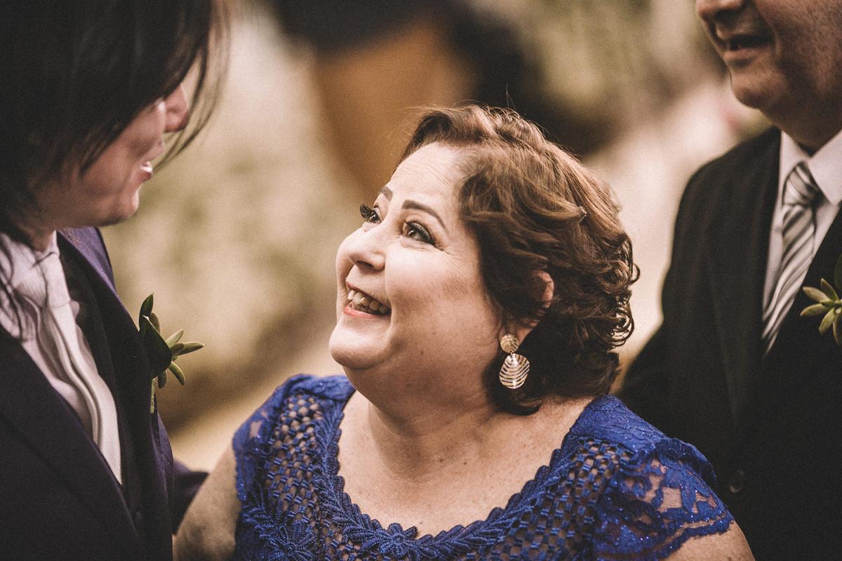 Mãe da noiva olhando e rindo para o noivo em casamento em Igreja São Camilo de Lellis em Brasília-DF