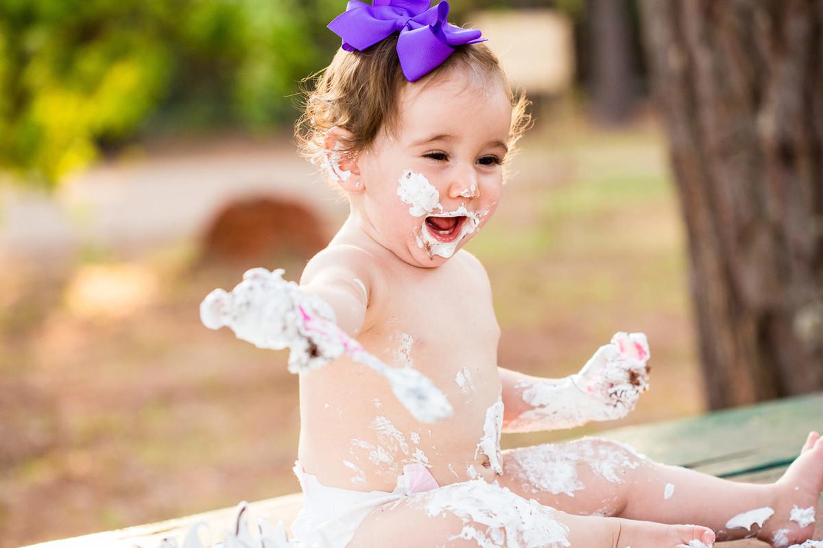 Ensaio smash the cake da pequena Paty de 1 ano. Foto feita pelo fotógrafo de crianças Rafael Ohana em Brasilia-DF