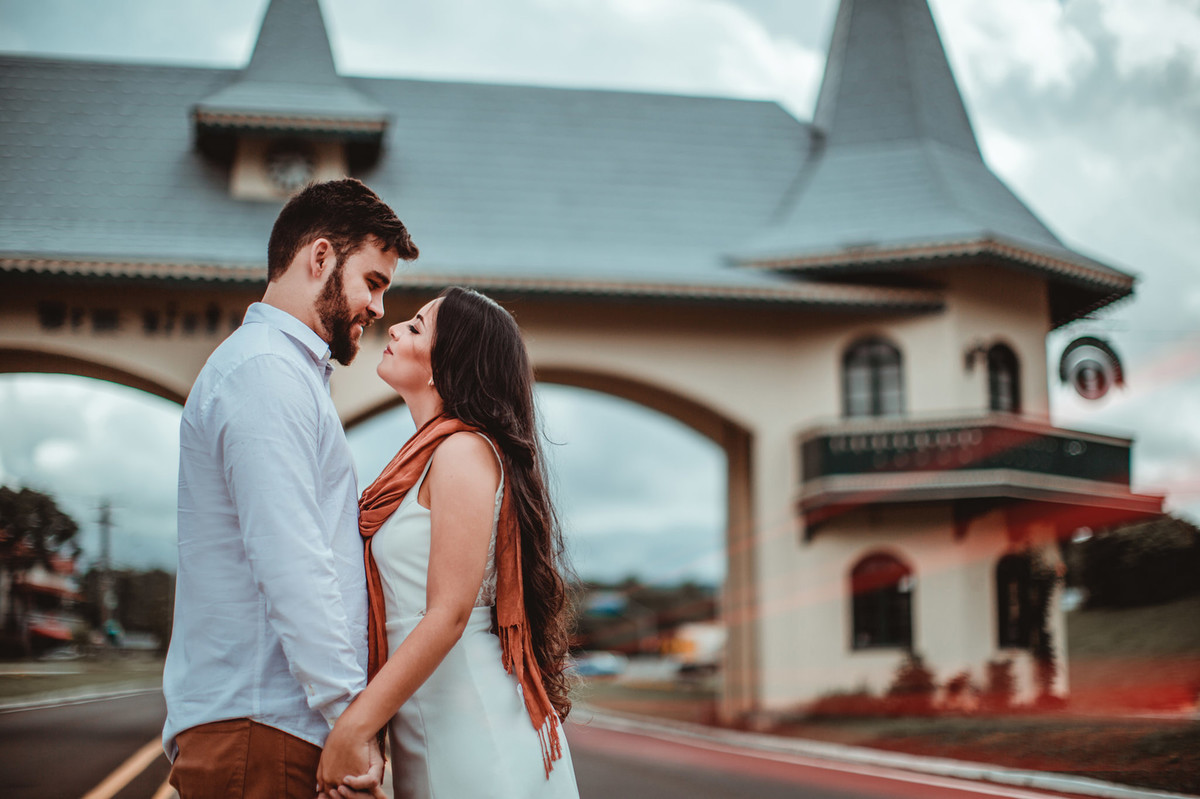 Casal de amando no pórtico de Gramado-RS. Foto feita pelo fotógrafo de casamento Rafael Ohana