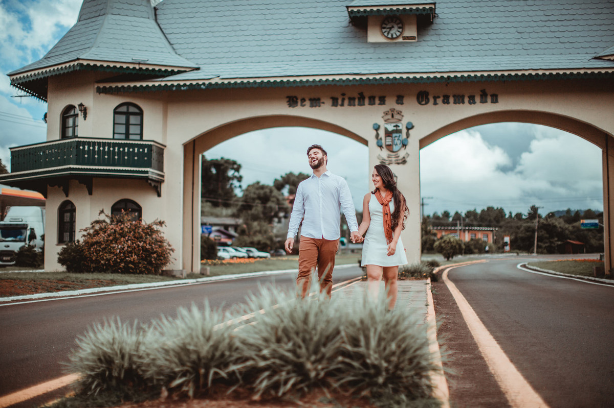 Casal andando em Gramado-RS. Foto feita pelo fotógrafo de casamento Rafael Ohana
