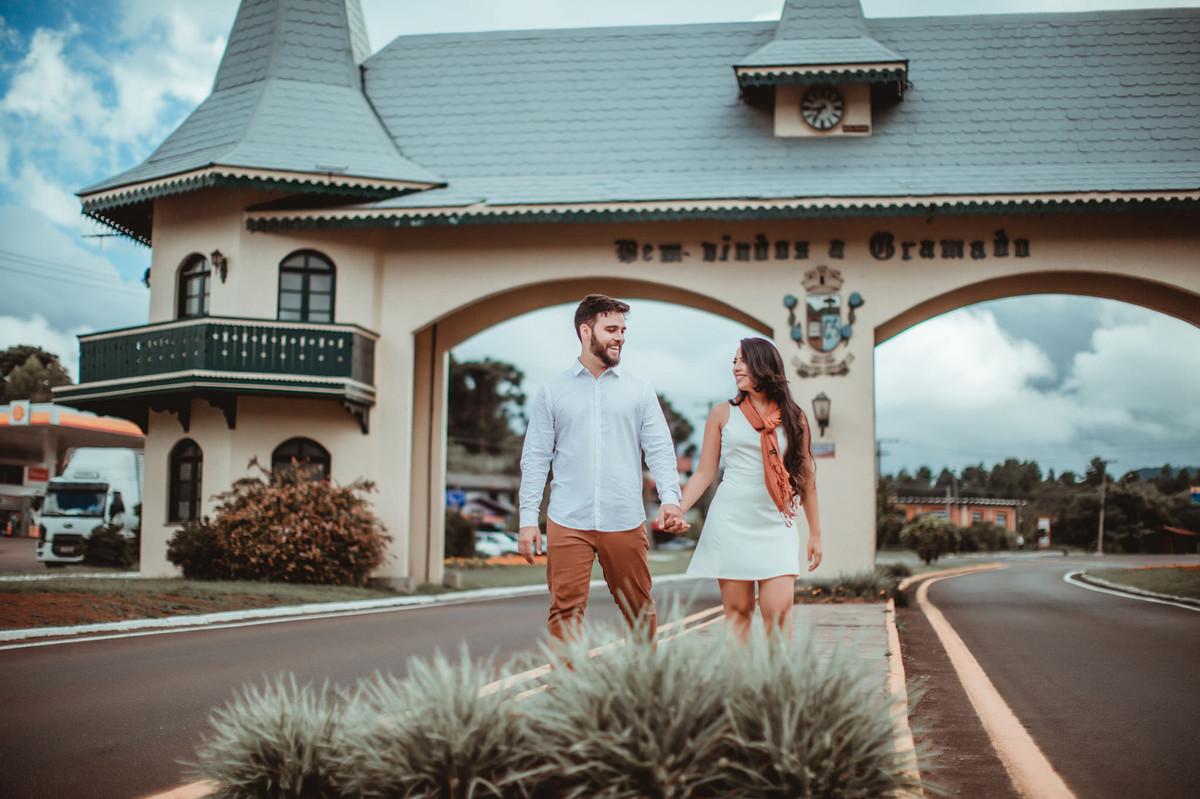 Casal apaixonado andando por Gramado-RS. Foto feita pelo fotógrafo de casamento Rafael Ohana