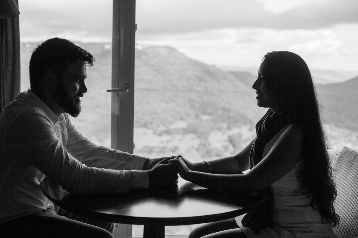 Silhueta de casal de mãos dadas na serra gaúcha. Foto feita pelo fotógrafo de casamento Rafael Ohana.