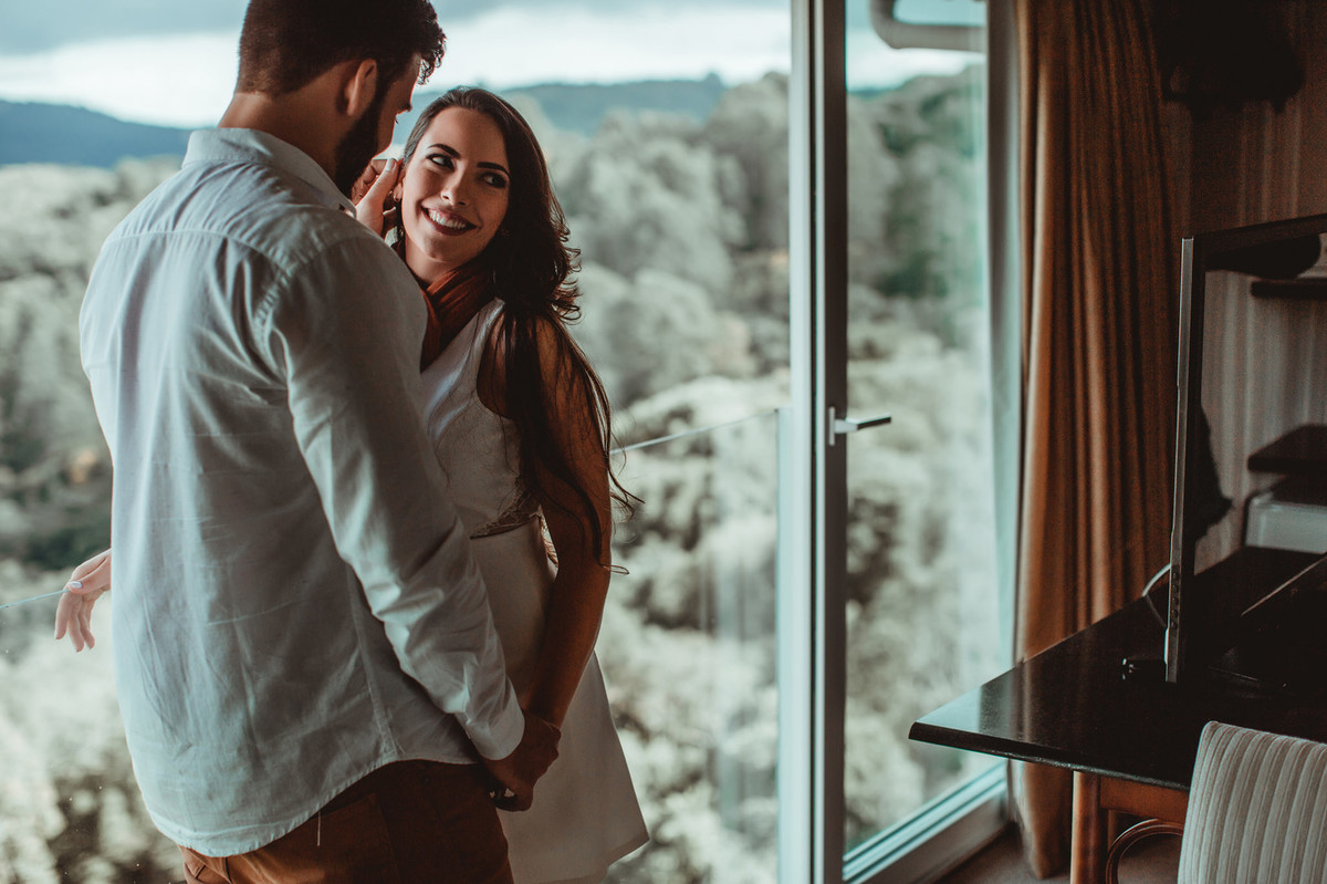 Casal trocando carícias em quarto de hotel em Gramado-RS. Foto feita pelo fotógrafo de casamento Rafael Ohana