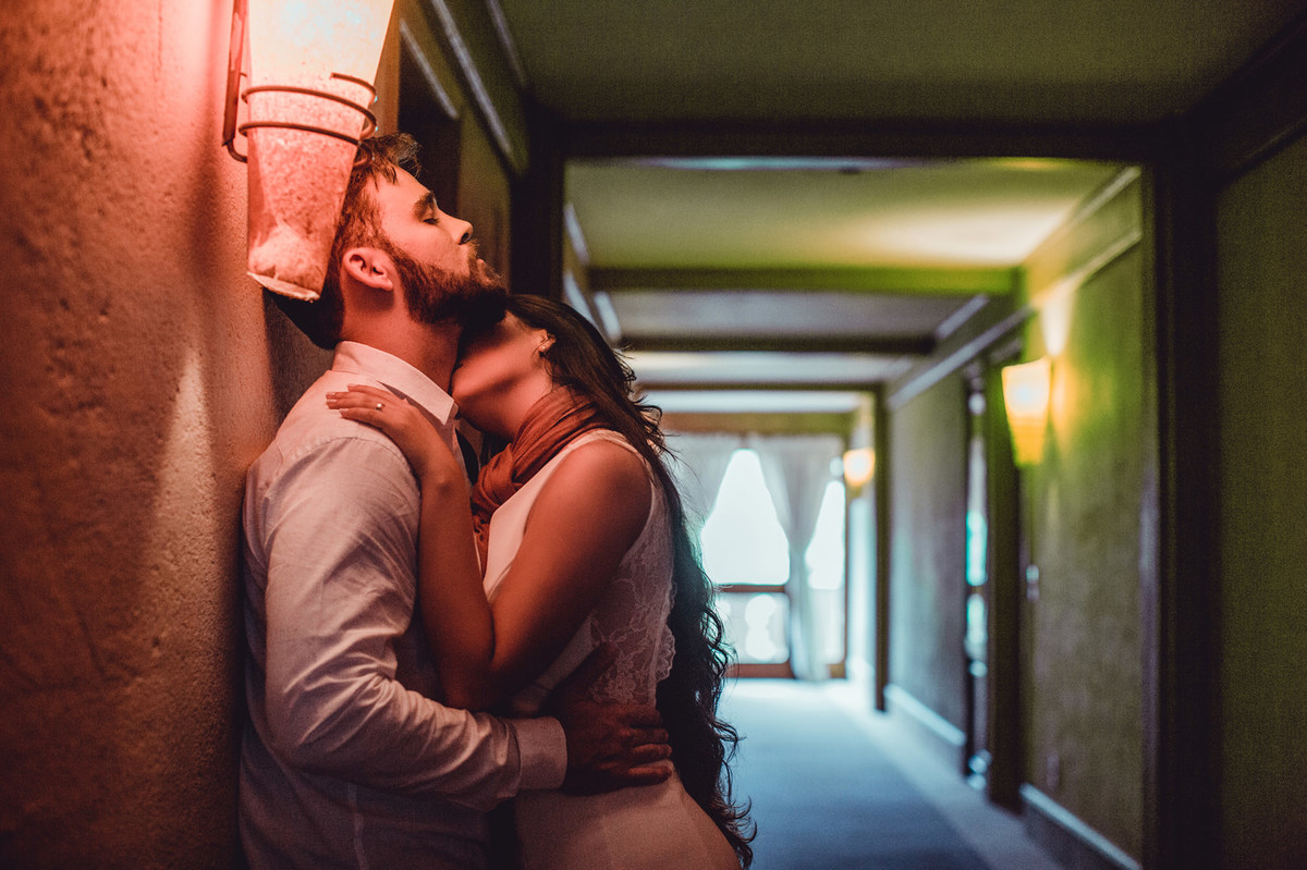 Casal se beijando em corredor de hotel em Gramado-RS. Foto feita pelo fotógrafo de casamento Rafael Ohana