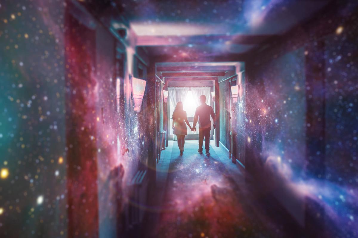 Casal sendo abduzido por alienígenas. Foto feita pelo fotógrafo de casamento Rafael Ohana