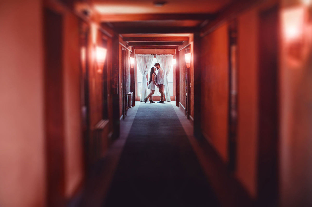 Casal se beijando no fundo do corredor de Hotel em Gramado-RS. Foto feita pelo fotógrafo de casamento Rafael Ohana